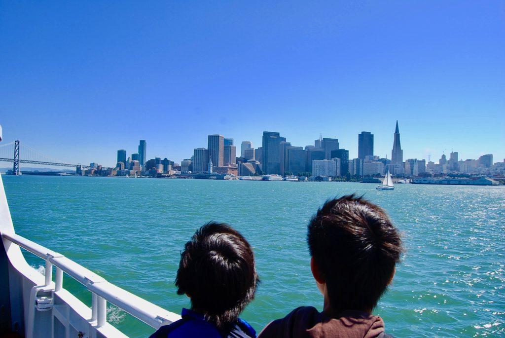 フェリーのデッキからサンフランシスコの街を見る