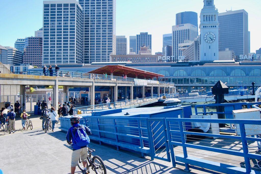 ポートオブサンフランシスコに到着し自転車を押しながら下船する次男