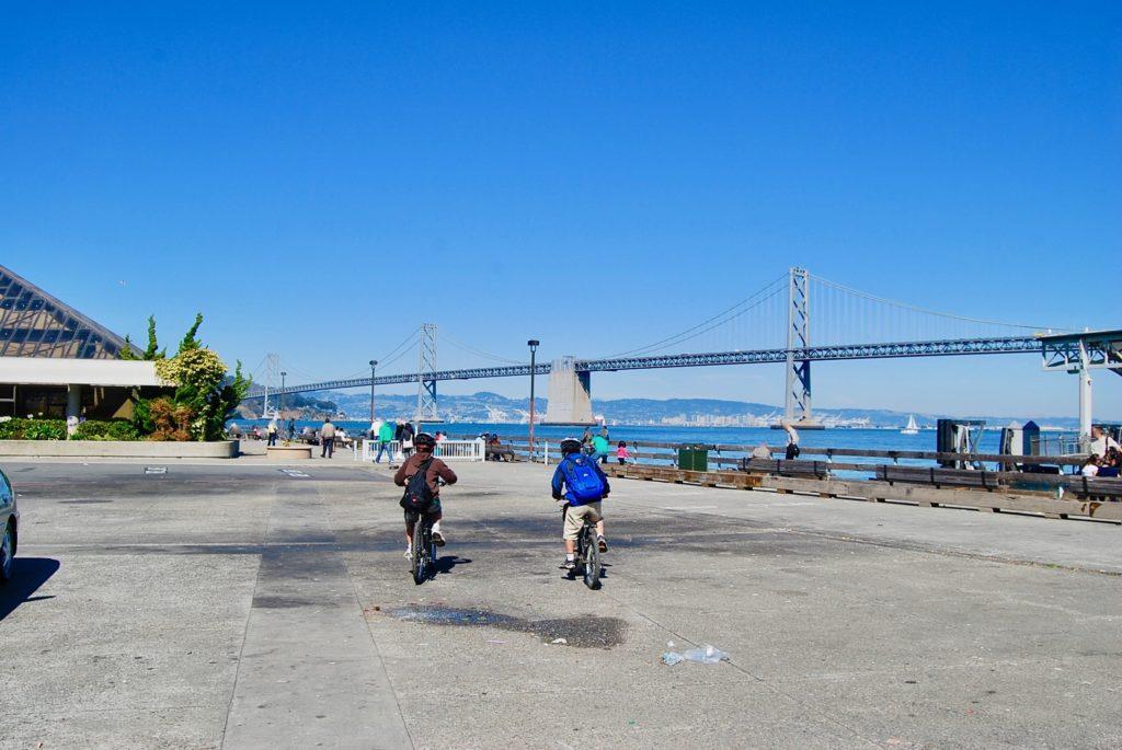 ポートオブサンフランシスコの埠頭で自転車をこぐ子供達