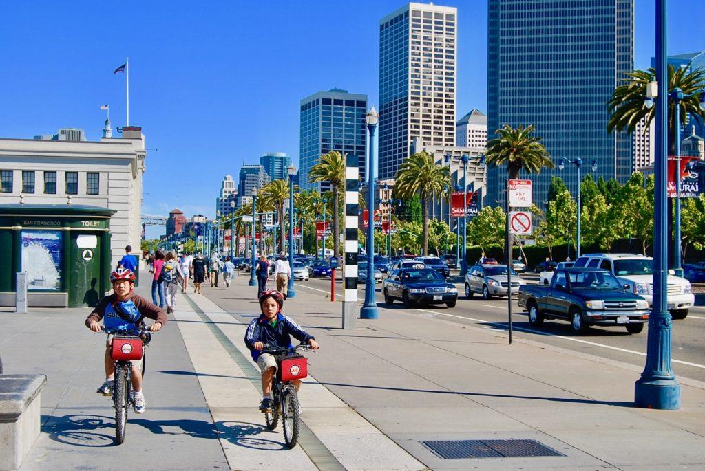 サンフランシスコのダウンタウンをサイクリングする子供達