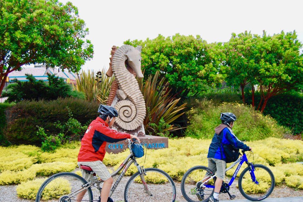サイクリングを楽しむ子どもたち
