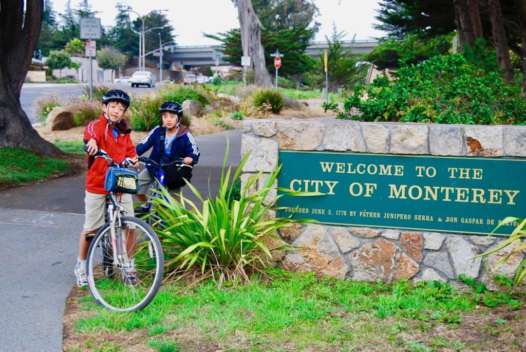 モントレーのサイクリングロードでレンタサイクルにまたがる子供達の記念写真