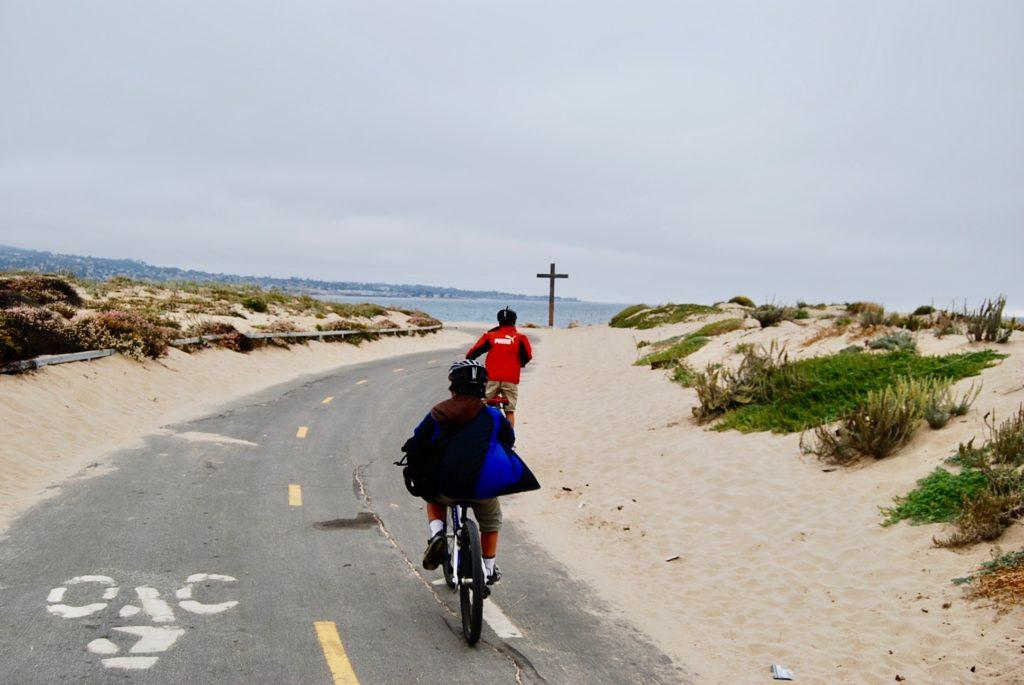 砂丘コースで自転車をこぐ子供達