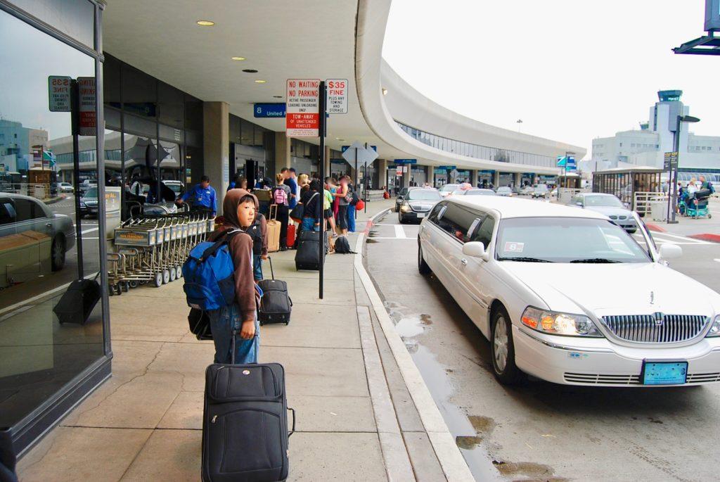 サンフランシスコ 国際空港で車から降りて荷物を引いて歩く長男
