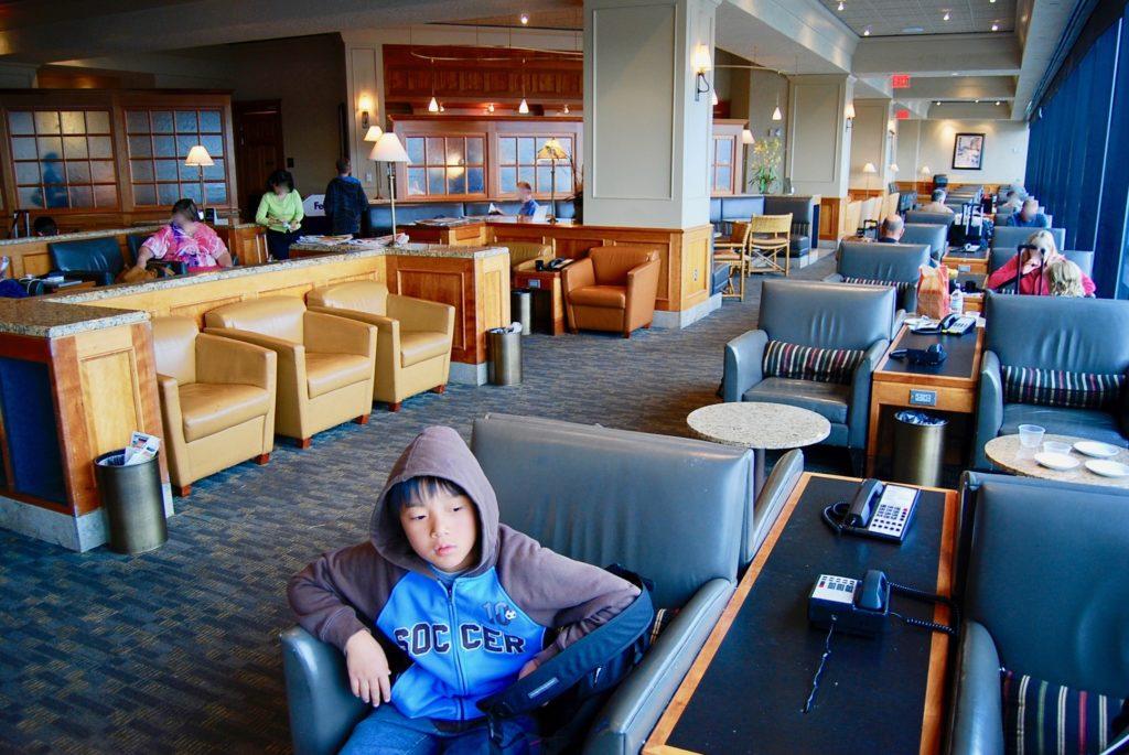 サンフランシスコ国際空港のラウンジでソファーに座る次男