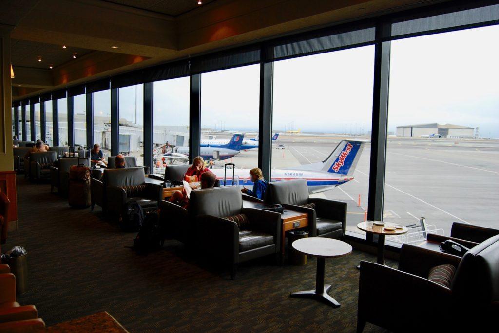 サンフランシスコ国際空港のラウンジと窓の外に見える滑走路