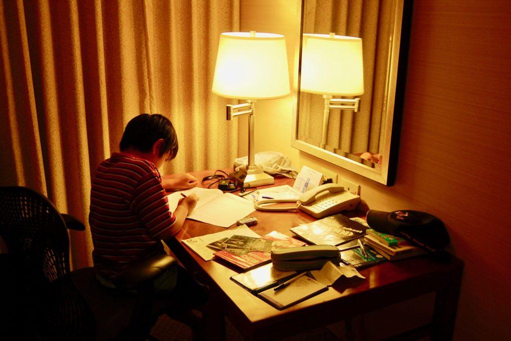 デスクで勉強する次男