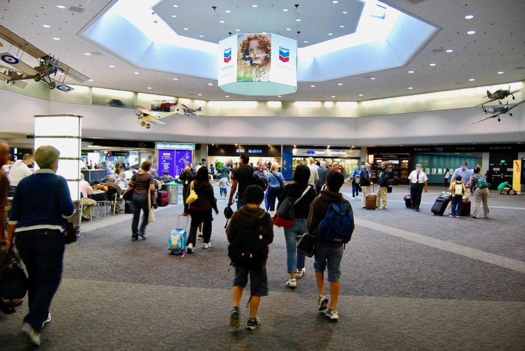 サンフランシス国際空港のメインターミナルを歩くママと子供達