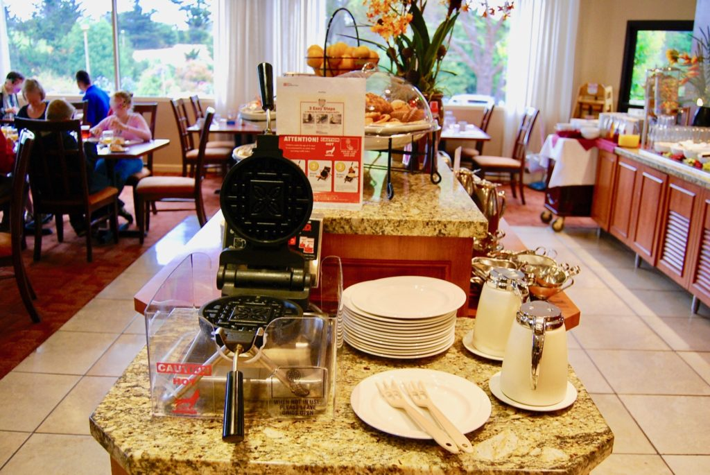 レストランのテーブルに置かれたセルフワッフル焼きマシン