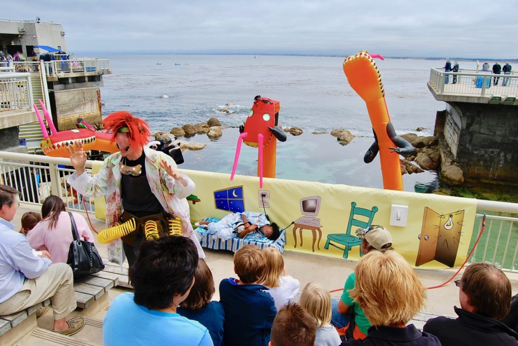 モントレー湾を背景に行われる子供向けの劇