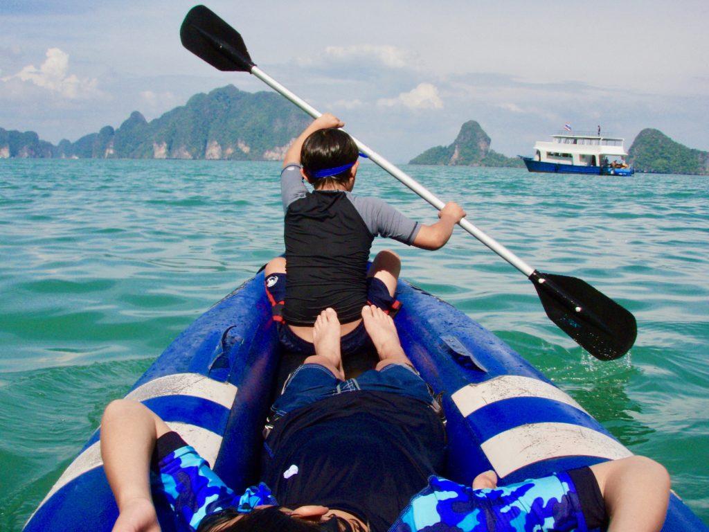 プーケットのラワ島でシーカヌー体験をする長男と次男