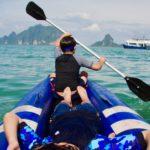 カヤックを漕ぐ子供たち
