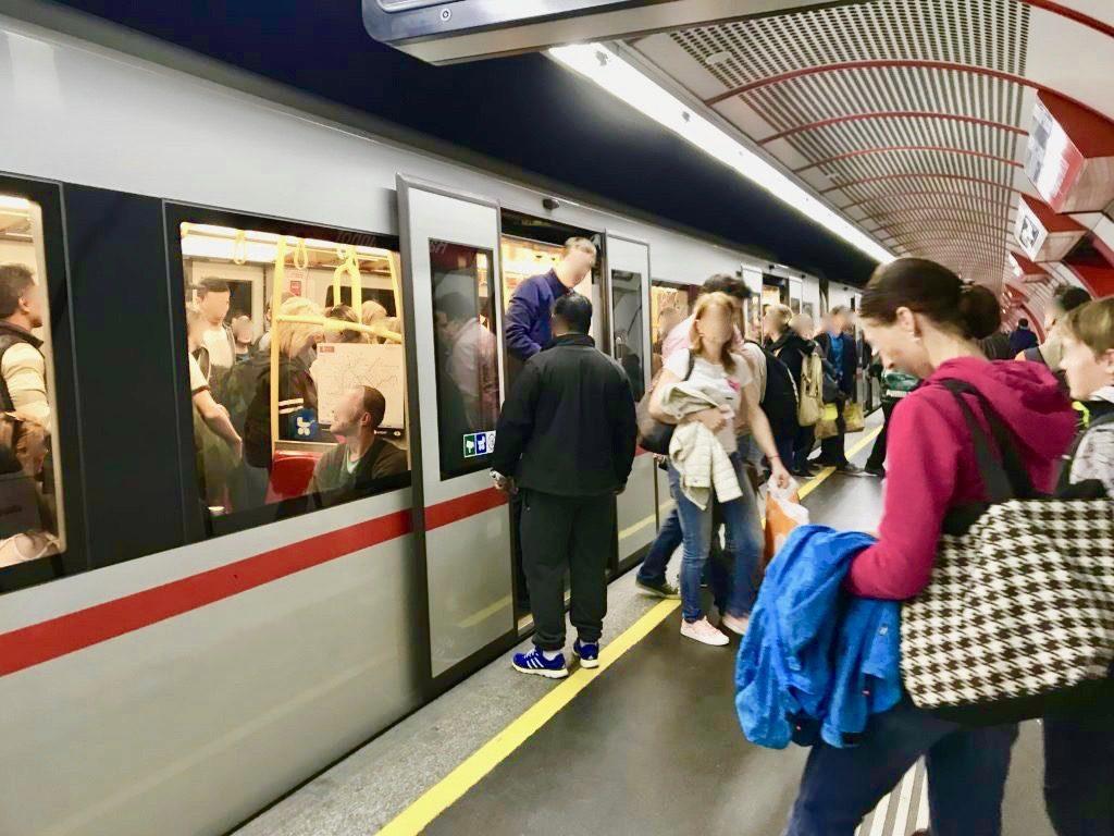 ウィーンの地下鉄のホームで乗り降りする乗客