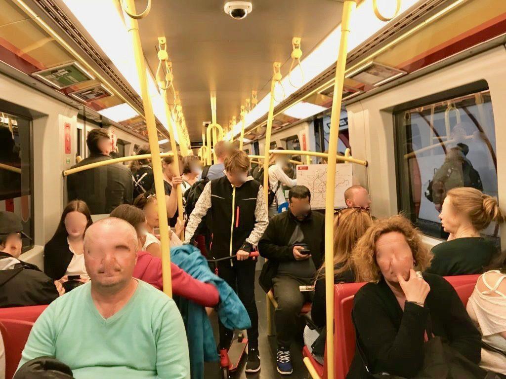 ウィーン地下鉄の車内の様子