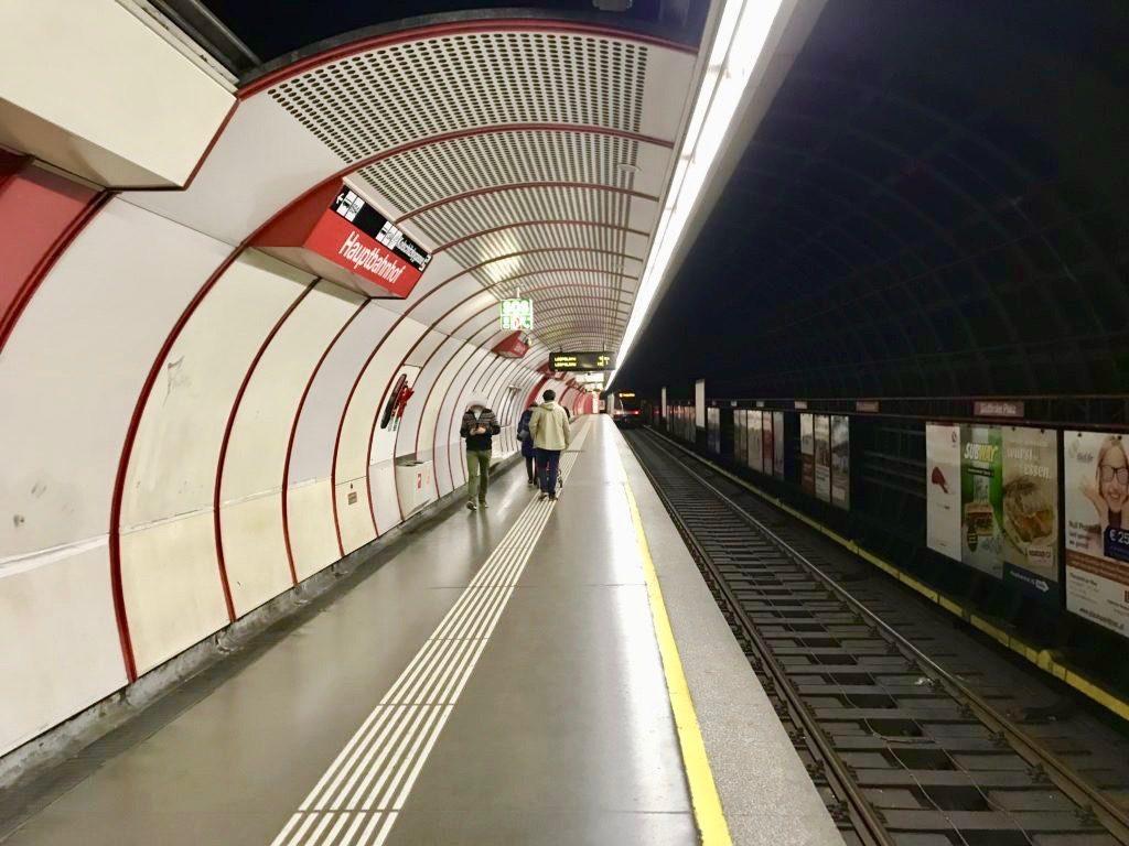 地下鉄ウィーン中央駅のホームで電車を待つ人たち