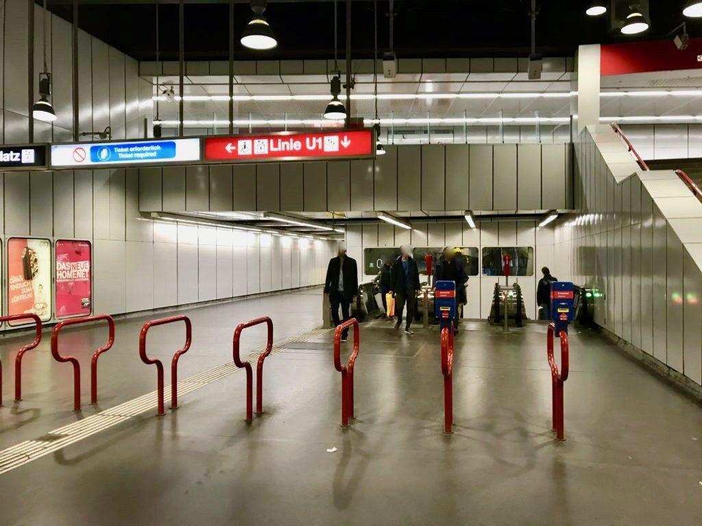 地下鉄ホームへの出入り口