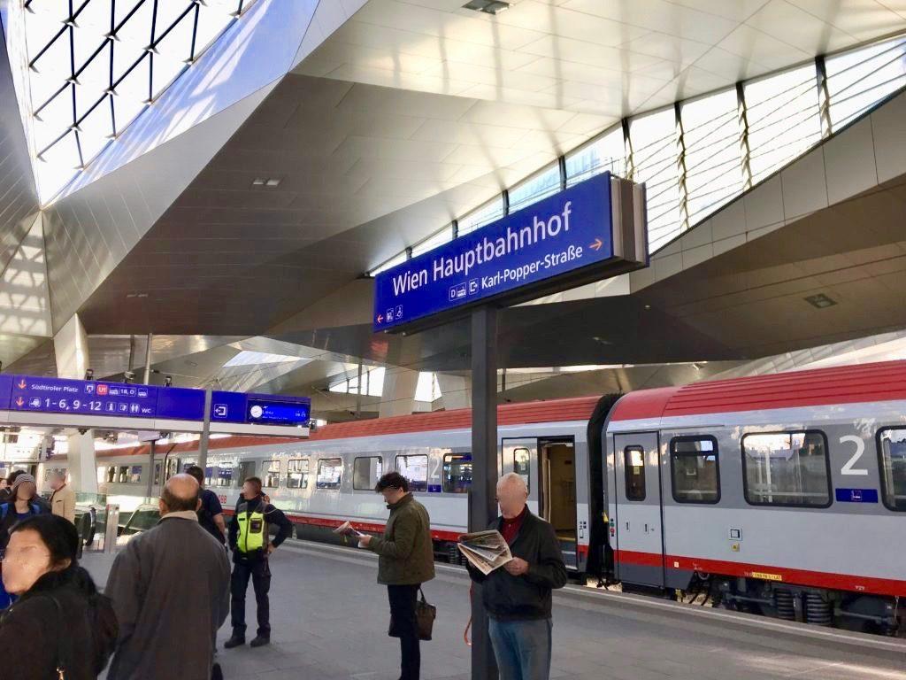ウィーンとミュンヘンを繋ぐ国際特急レイルジェットのホーム