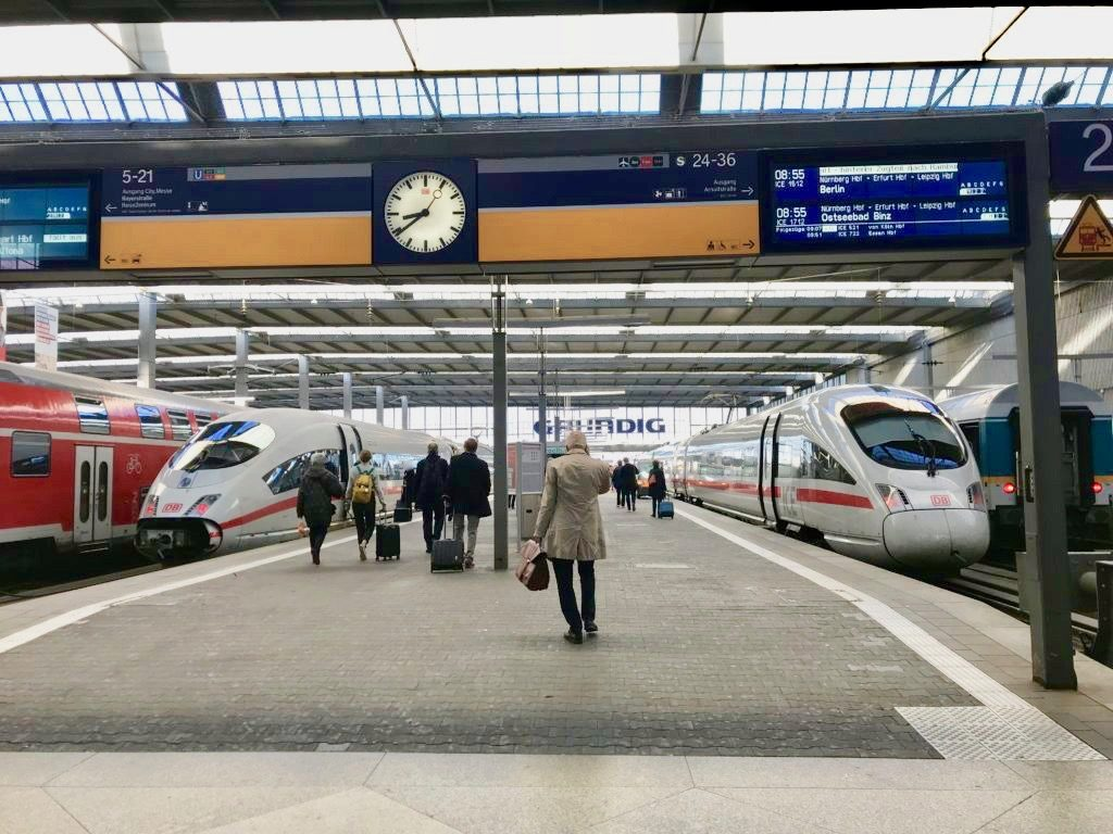 ミュンヘン駅のホームと国際特急列車