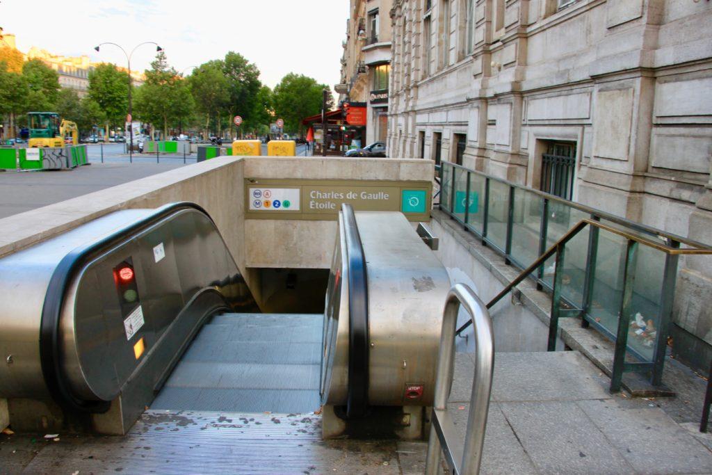 地下鉄「シャルルドゴール・エトワール駅」の入り口のエスカレーター
