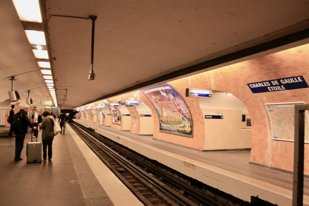 シャルルドゴール・エトワール駅のホームで地下鉄を待つ乗客