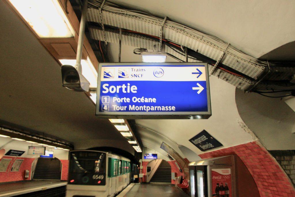 地下鉄モンパルナス駅の電車とホームの案内看板