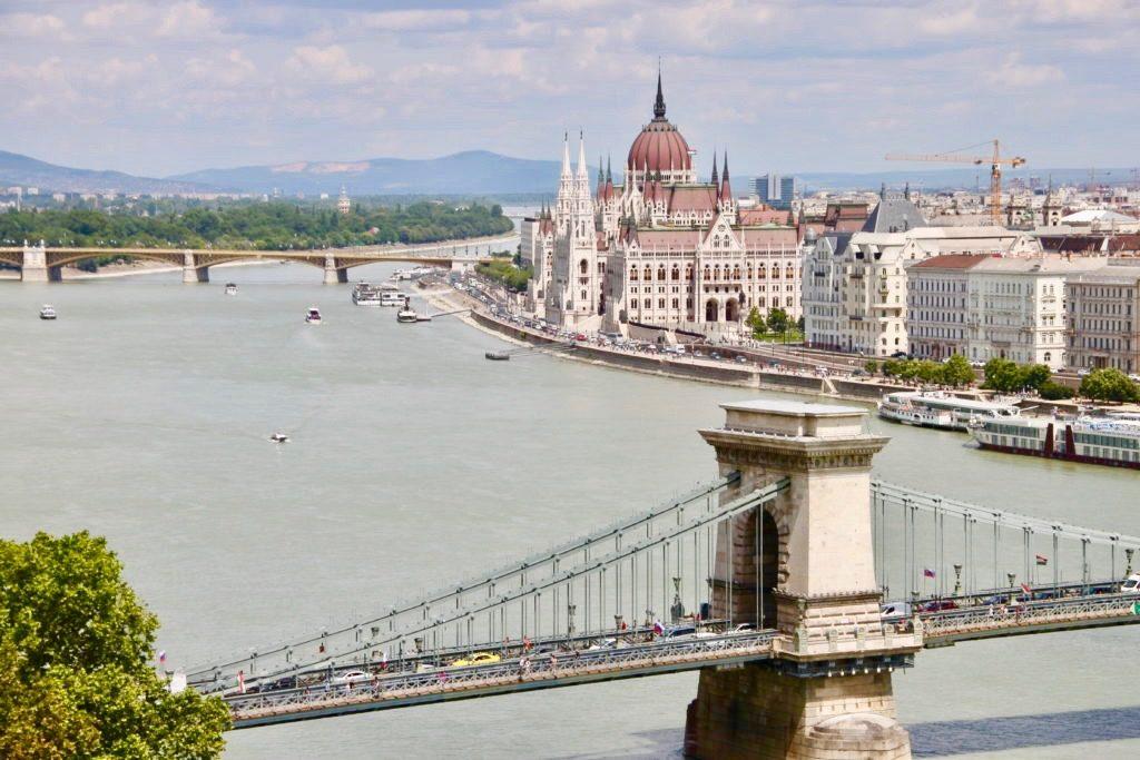 王宮から見た鎖橋と国会議事堂