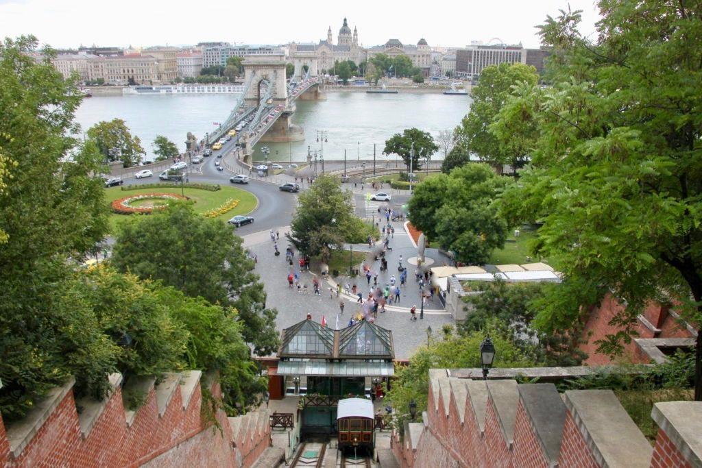 王宮の丘から見下ろすケーブルカーとクラークアーダーム広場と鎖橋