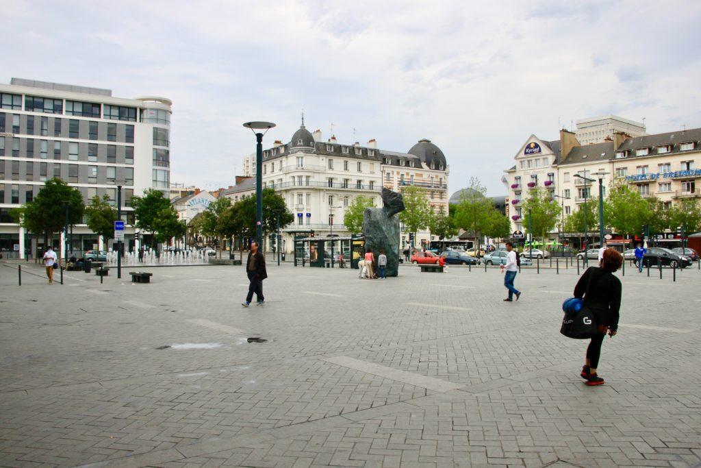 レンヌ駅北口広場に面した街の様子