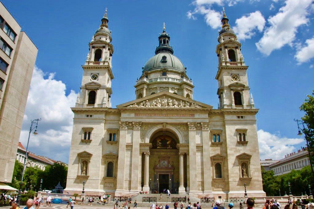 正面から見上げる聖イシュトヴァーン大聖堂
