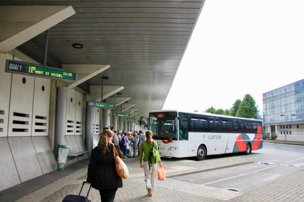 レンヌ駅前のバスターミナルとバスに乗る大勢の乗客