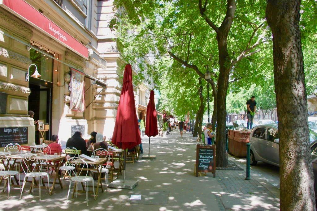 アンドラーシ通りの木陰にあるカフェ