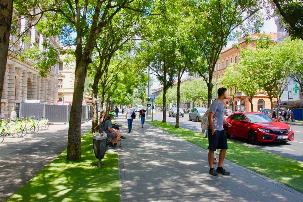 アンドラーシ通りの歩道を歩く人