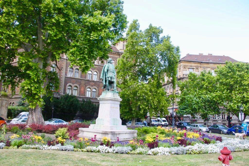 ゴダーイ円形広場の花壇と銅像