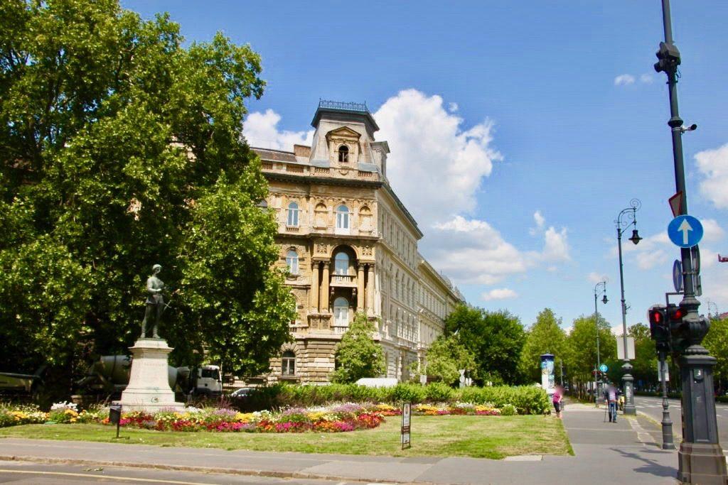 ゴダーイ円形広場と銅像
