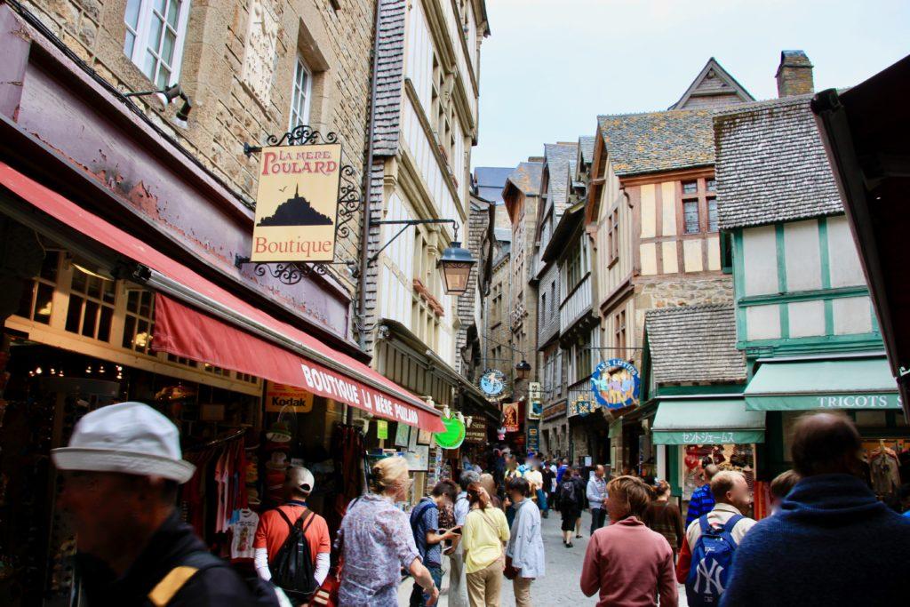 大勢の観光客で賑わうモンサンミッシェル のメインストリート「グランドリュ」