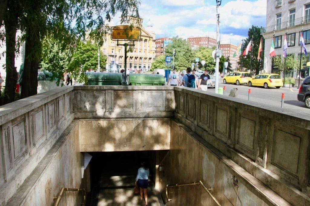 地下鉄デアークフェレンツ広場駅