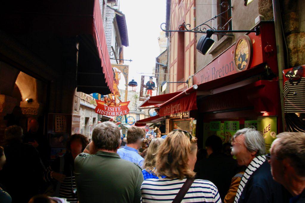 モンサンミッシェルのメインストリートを歩く観光客たち