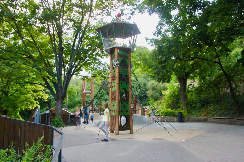 児童公園の遊具で遊ぶ子供たち