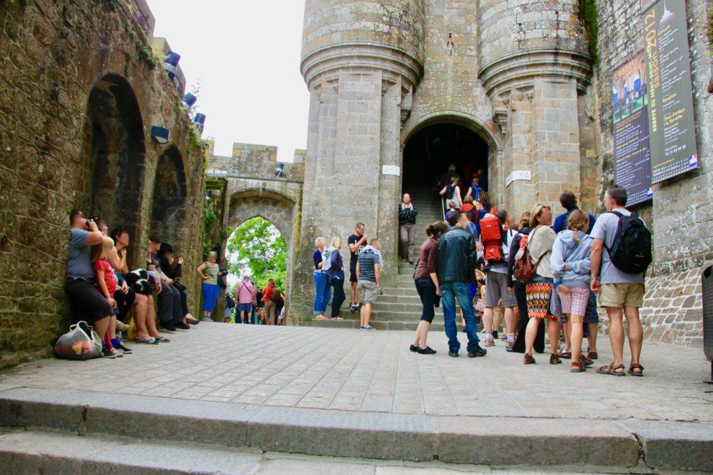 修道院の入り口に並ぶチケット購入者の行列