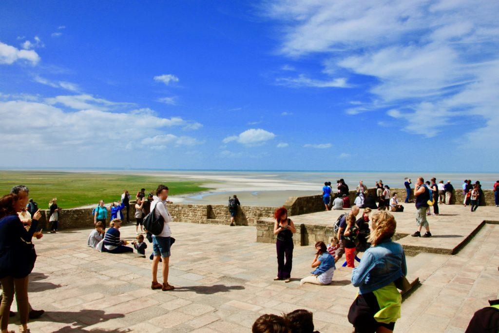 西でのテラスで景色を眺めたり写真を撮る観光客