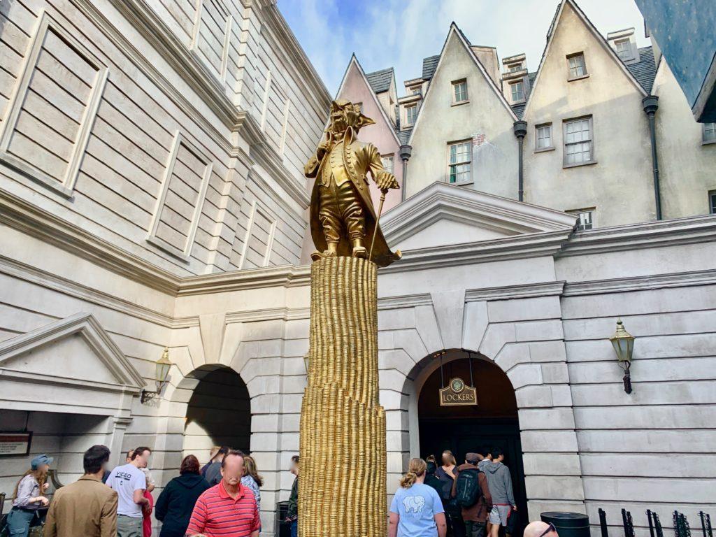 グリンゴッツ魔法銀行の創始者グリンゴッツの金像とロッカールームの入り口