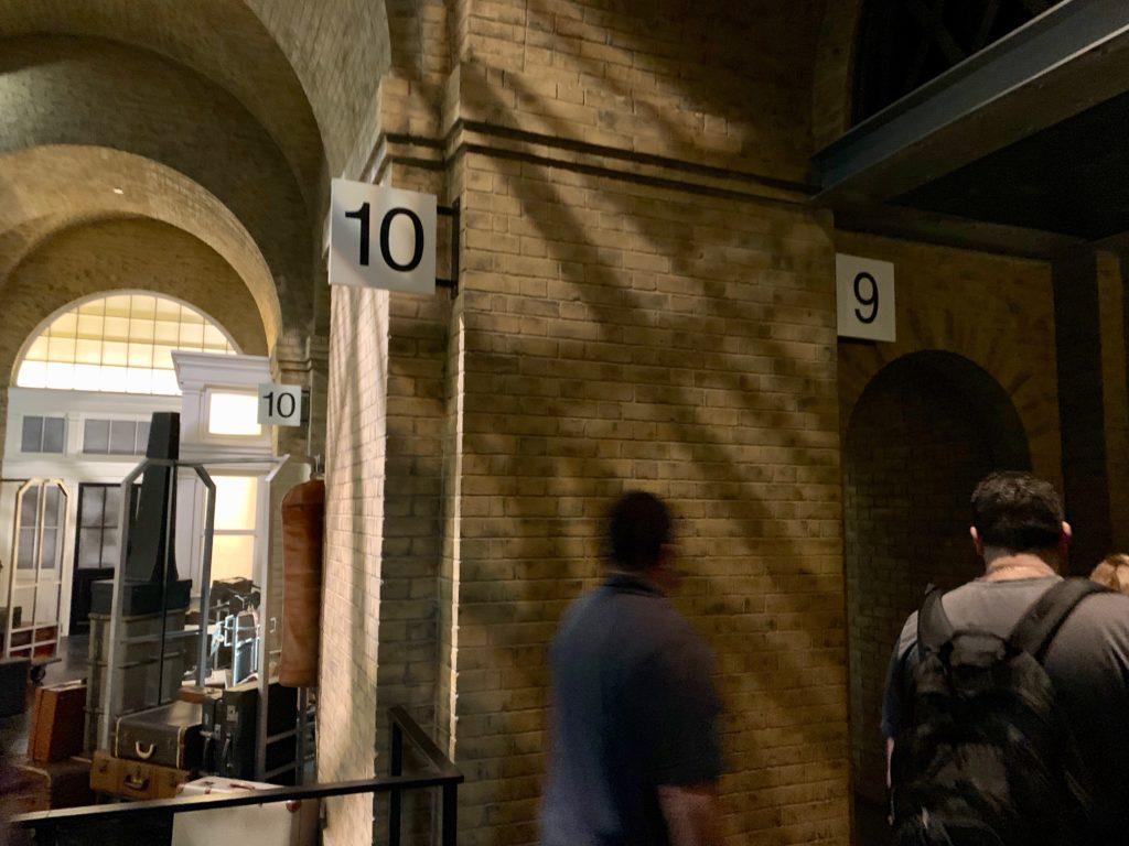 9番ホームと10番ホームの間の壁をすり抜けるゲストたち