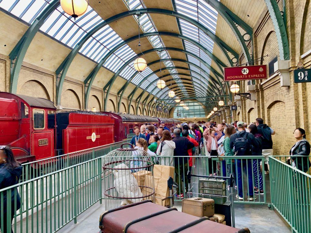キングスクロス駅9と4分の3番ホームと乗車待ちのゲストの列とホグワーツエクスプレス
