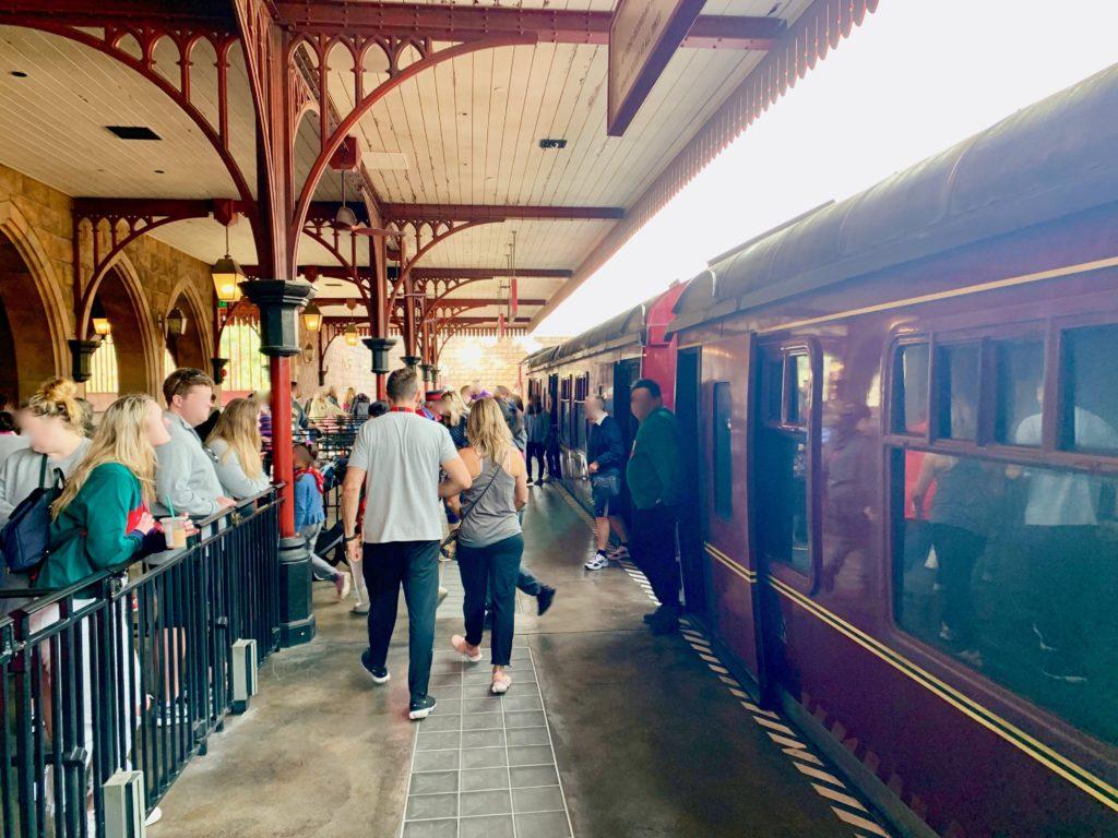 ホグズミード駅に到着し列車を降りるゲストたち