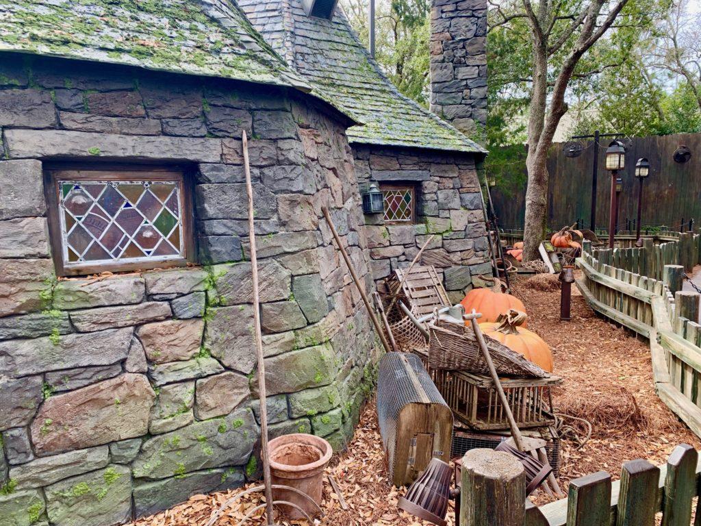 ハグリッドの家と庭に置かれた巨大かぼちゃ