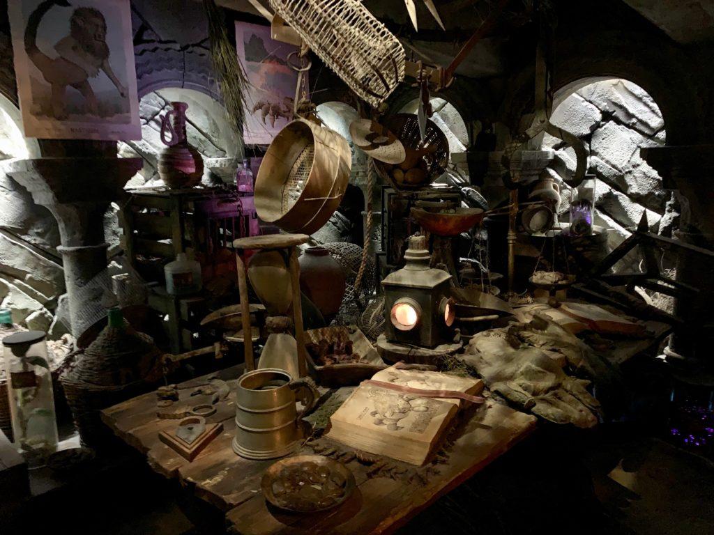 暗い部屋に散らばっているハグリッドの研究用道具