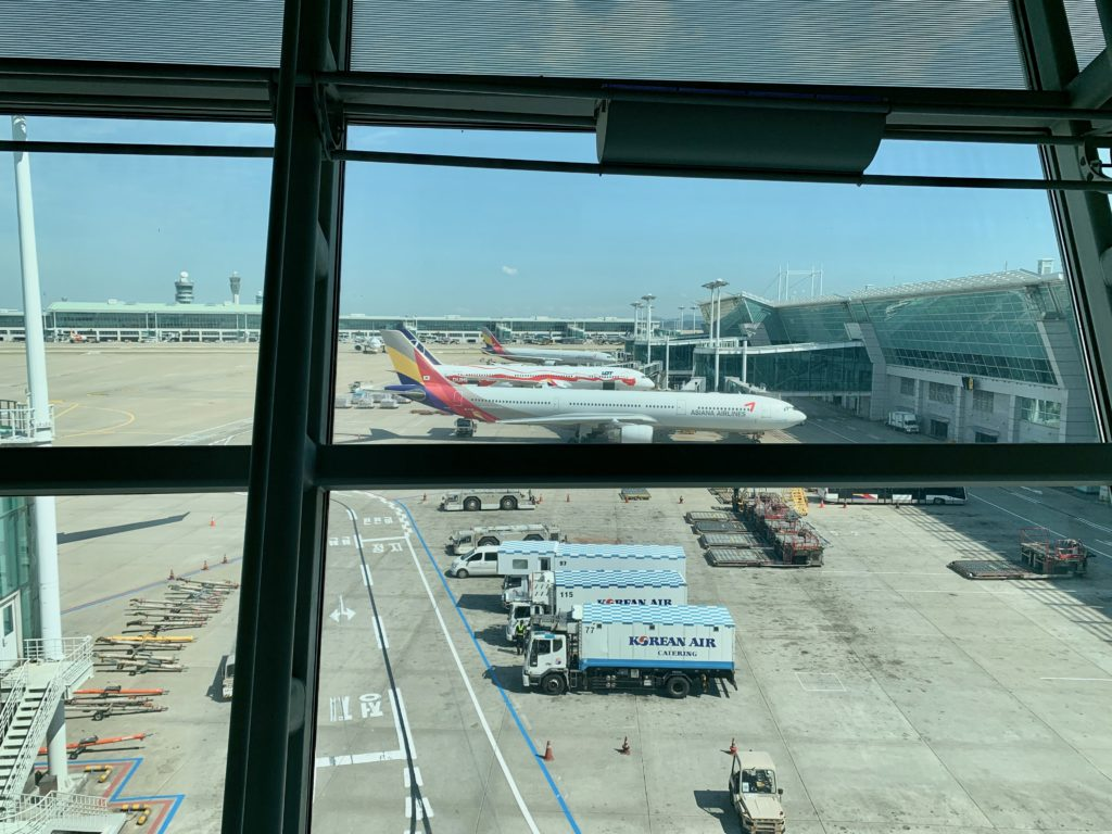 仁川空港の滑走路に駐機しているアシアナ航空の飛行機