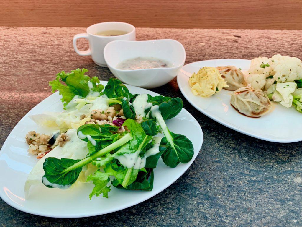 サラダと小籠包とスープ