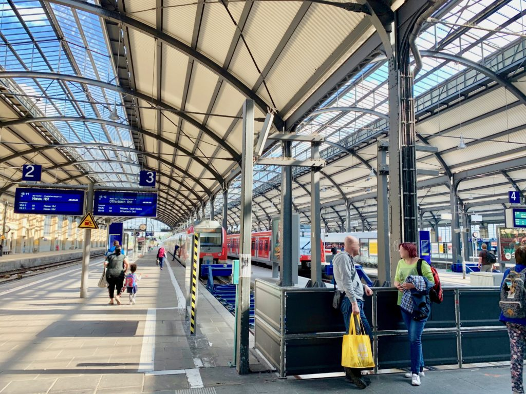 ヴィースバーデン駅のホームと赤い電車