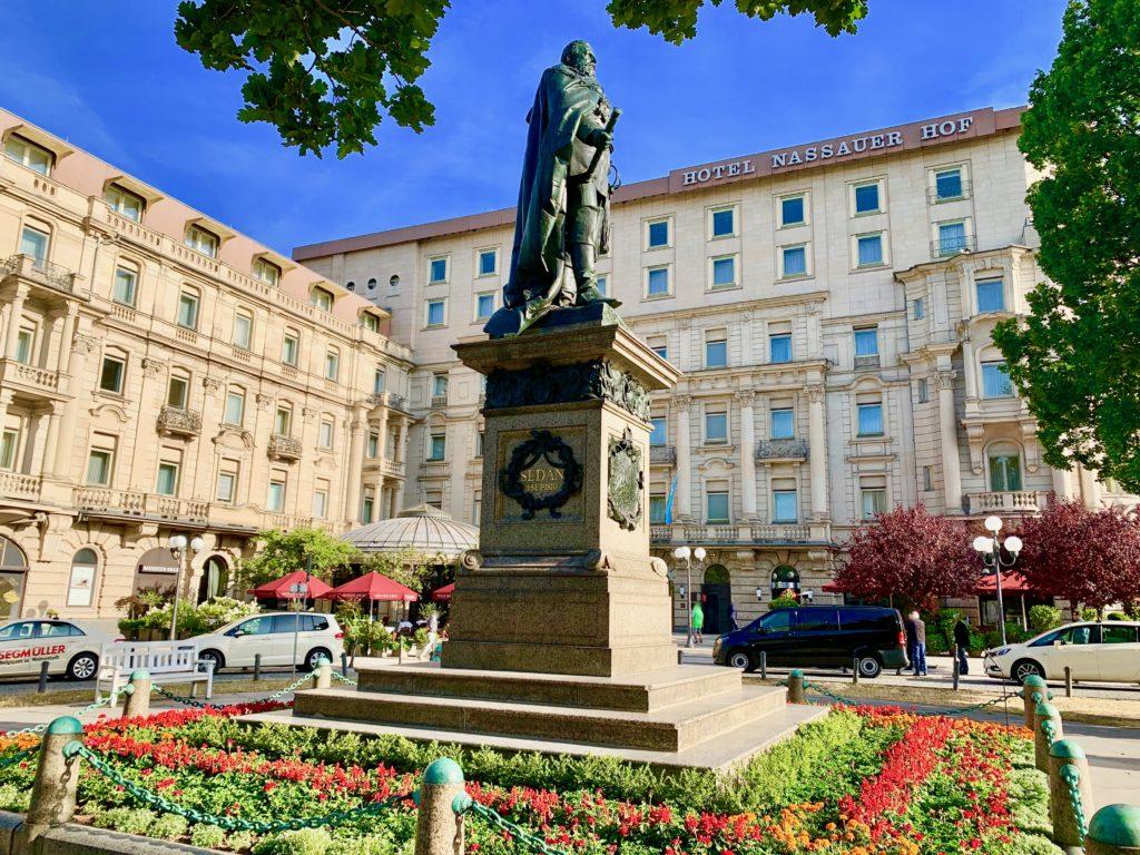 ホテルナッサーホフの正面エントランスと銅像